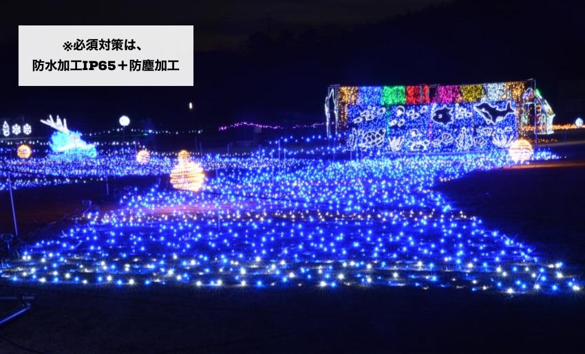 芝生の上にledネットライトの青(ブルー)をきれいに施工した例